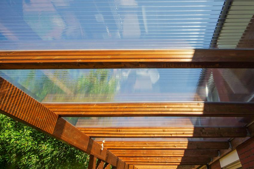 Pleksi na dach nad tarasem i inne zastosowania oraz pokrycia dachowe z pleksi