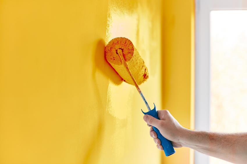 Malowanie ściany wałkiem na żółto oraz polecane farby zmywalne do ścian