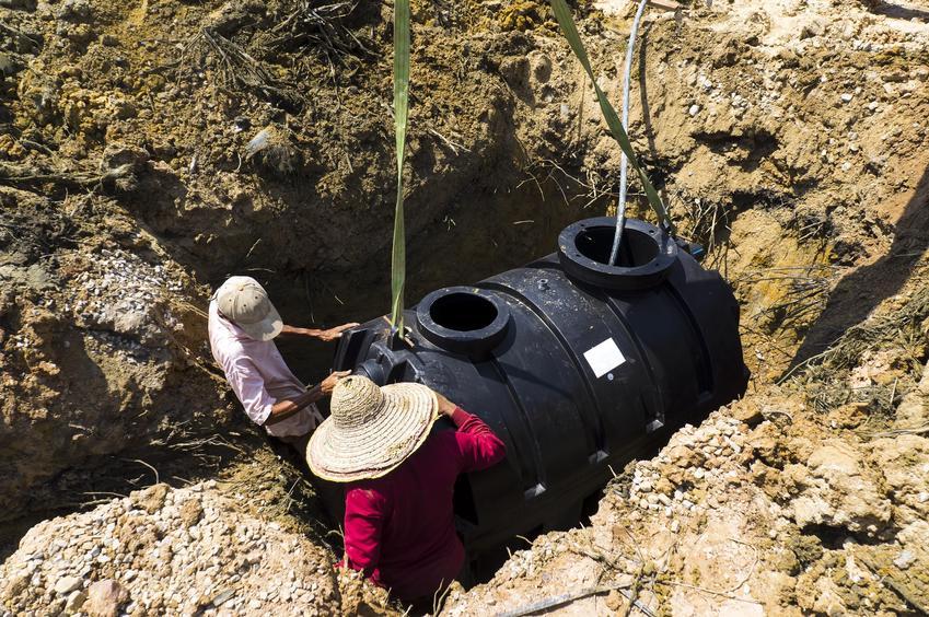 Zbiornik na szambo wkompywany w ziemię, a także szamba betonowe i szambo ekologiczne