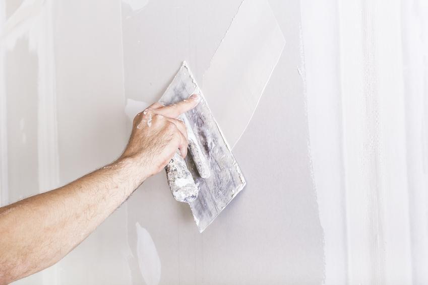 Masa szpachlowa podczas rozprowadzania oraz masa gipsowa do ścian i jej producenci