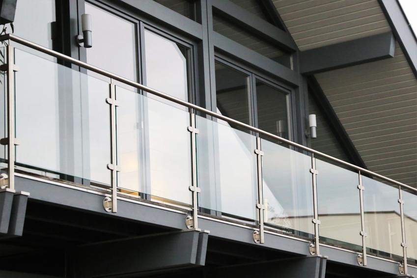 Balkon ze szklaną balustradą, a także polecane balustrady Avis, ich cena i opinie