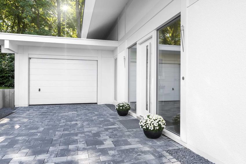 Garaż dobudowany do domu jednorodzinnego to świetne rozwiązanie. Znajduje się obok domu i można do niego przejść od środka, na dodatek ta budowla ładnie wygląda.
