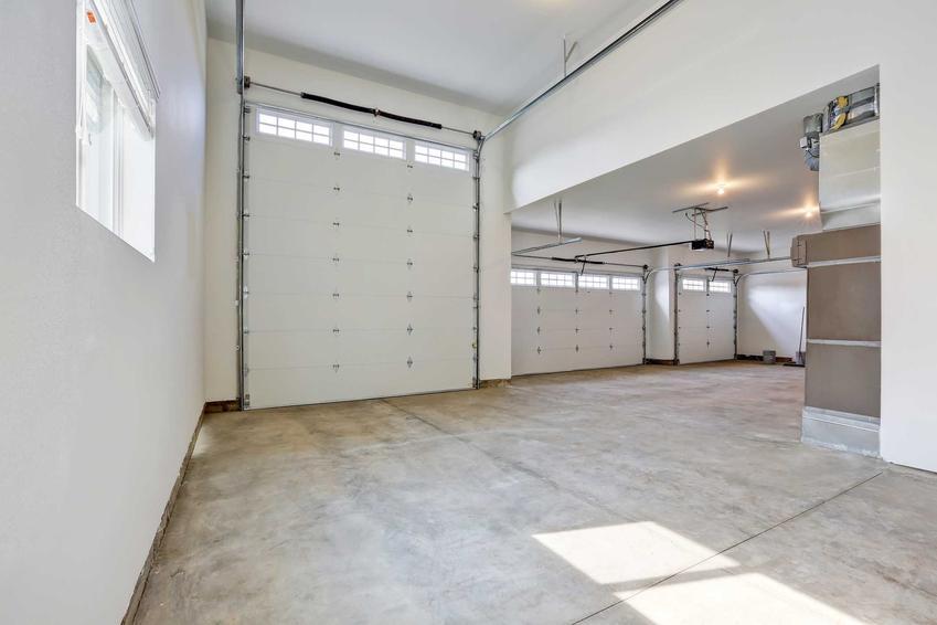 Dobudowany garaż to świetne rozwiązanie. Można do niego przejść bezpośrednio z domu, może posłużyć także na przykład za warsztat.