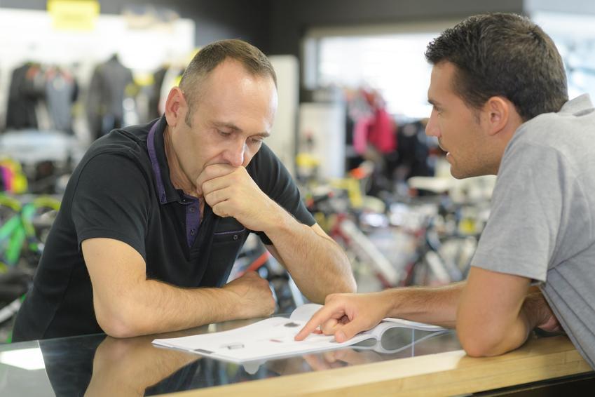 Mężczyzna w sklepie załatwiający formaności, a także rękojmia sprzedawcy oraz rękojmia a gwarancja