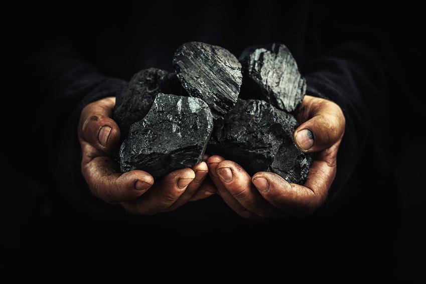 Węgiel w dłoniach oraz wartości opałowe paliw stałych