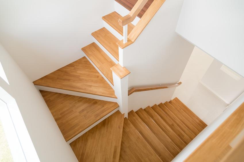 Schody drewniane zabiegowe i cena schodów drewnianych