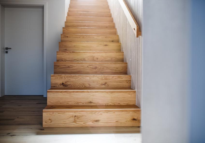 Schody drewniane zabudowane na piętro i cena schodów drewnianych do domu
