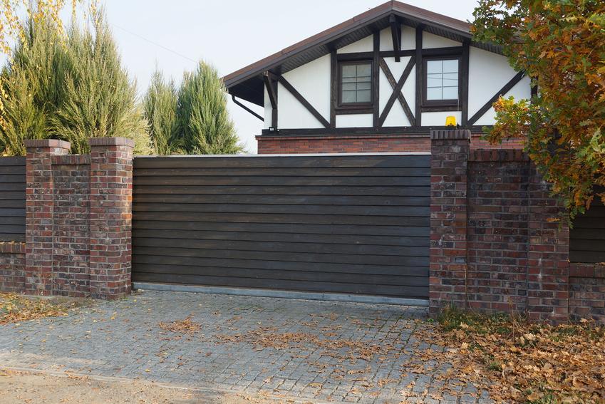 Brama drewniana wjazdowa i inne bramy ogrodowe, a także ich ceny i opinie