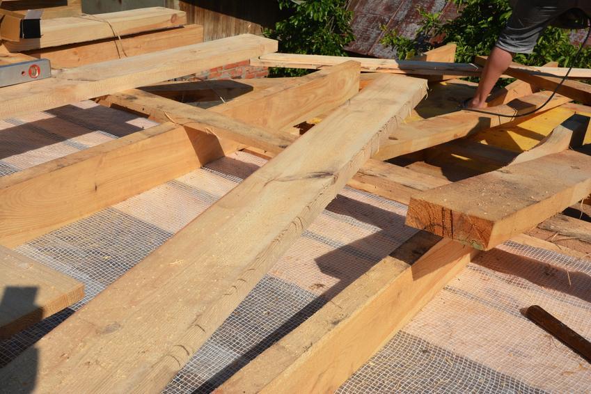 Belki na dach i dach podczas budowy, a także krokwie dachowe krok po kroku