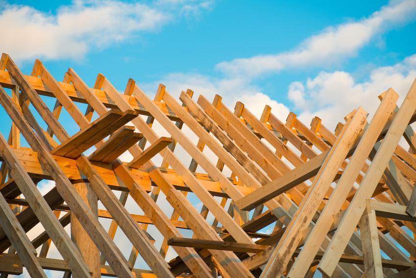 Dach podczas budowy, a także belki na dach i krokwie dachowe