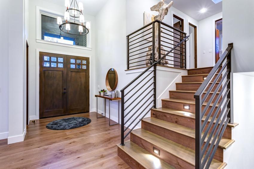Balustrady wewnętrzne schodowy w dużym domu, a także polecane barierki wewnętrzne