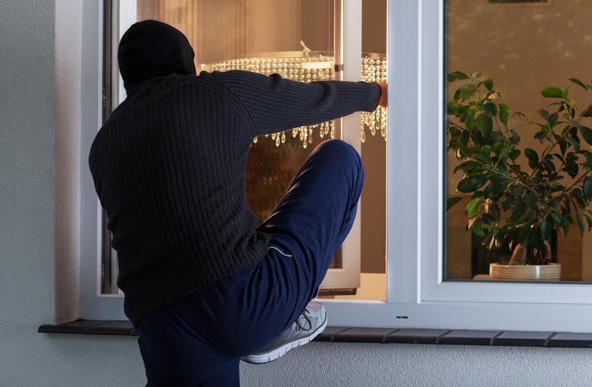 Mężczyzna włamujący się do domu przez okno, a także naruszanie miru domowego