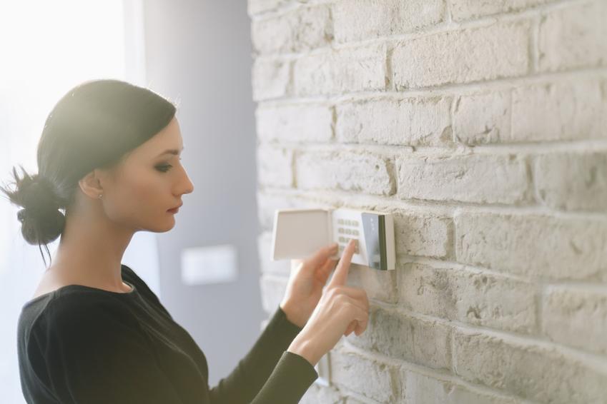 Kobieta nastawiająca alarm w domu, a także naruszanie miru domowego a kodeks karny
