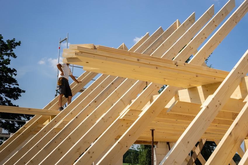 Krokiew dachowa podczas budowy, a także typowe wymiary krokwi dachowej