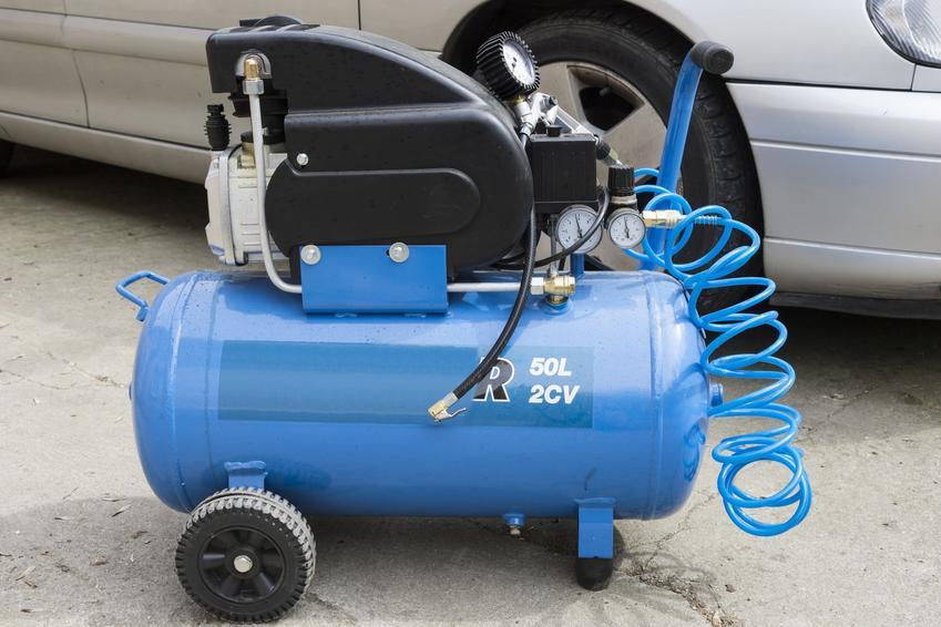 Kompresor olejowy przed samochodem, a także kompresor bezolejowy i opinie na ich temat