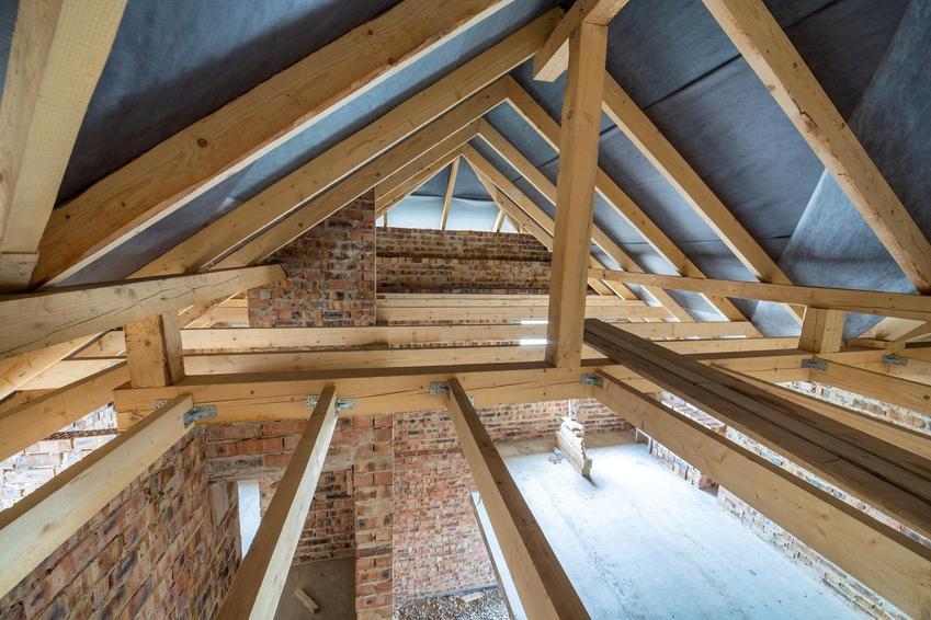 Budowa dachu oraz murłata, a także jej cena, wymiary i mocowanie murłaty do muru