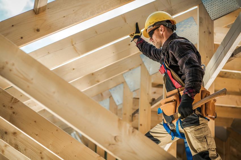 Dach podczas budowy, a także rodzaje murłaty i mocowanie murłaty do muru