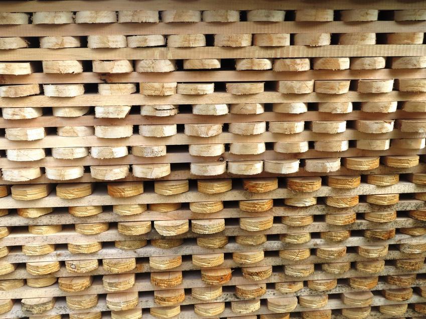 Sztachety drewniane ułożone w blok, czyli sztachety z drewna na płot