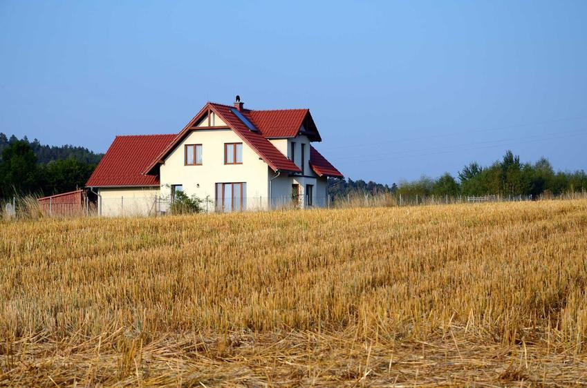 Dom na działce rolnej można wybudować tylko wtedy, kiedy przeprowadzisz procedurę odrolnienia. Wszystkie decyzje zapadają w gminie