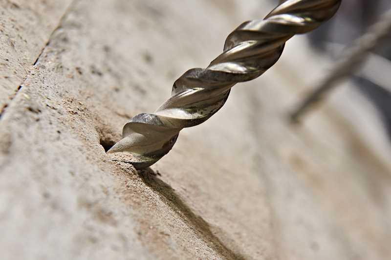 Wiercenie w betonie za pomocą grubego wiertła do betonu krok po kroku, a także samodzielne wiercenie w betonie, rodzaj wierteł i zastosowanie