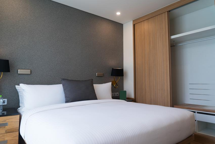 Nowoczesna sypialnia z dużą szafą oraz porady, jak wybrać szafy wnękowe, w tym szafy na wymiar