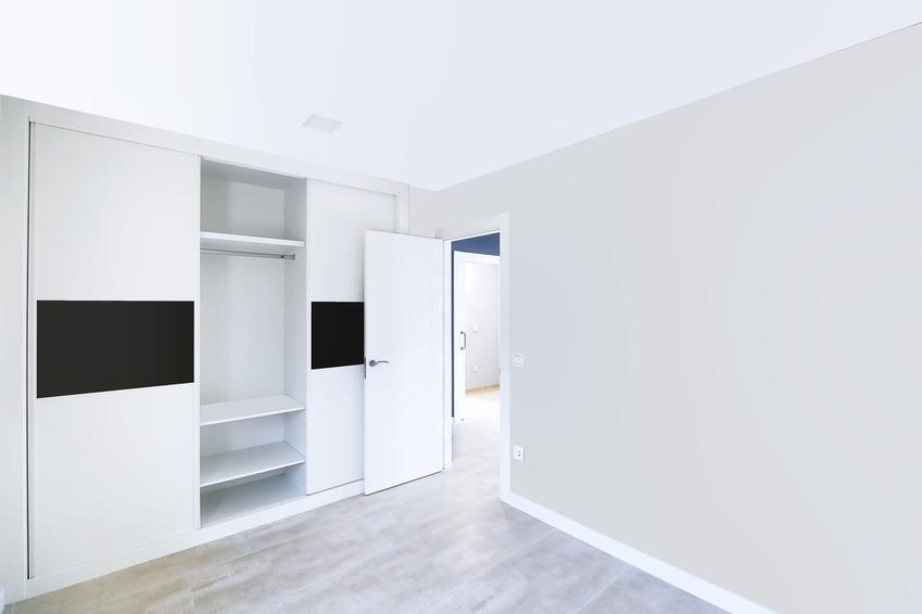 Biała sypialnia z otwartą szfą przesuwną, czyli polecane szafy wnękowe i szafy na wymiar