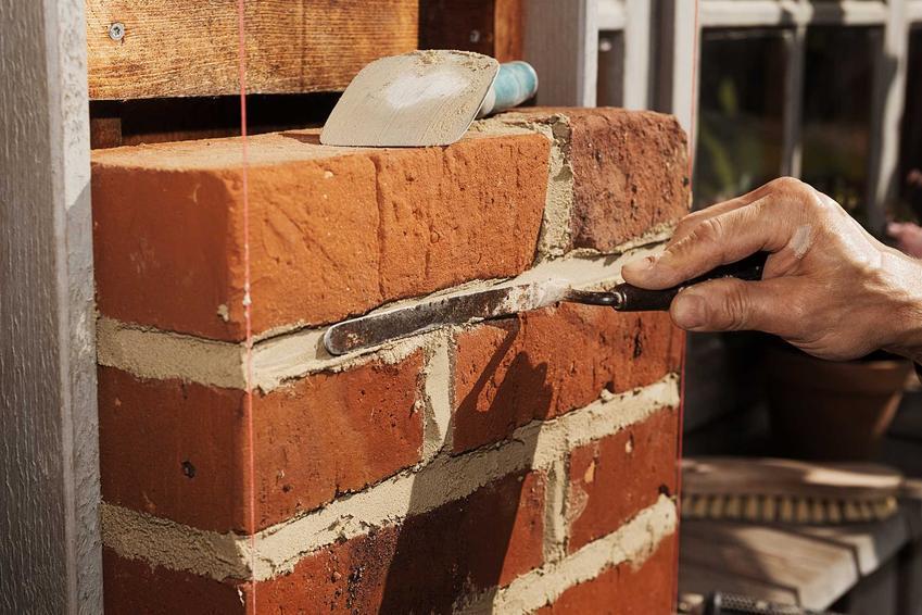 Grill murowany z cegły to wspanaiłe rozwiązanie. Bardzo dobrze się prezentuje, wpasowuje się do altan z róznych materiałów.