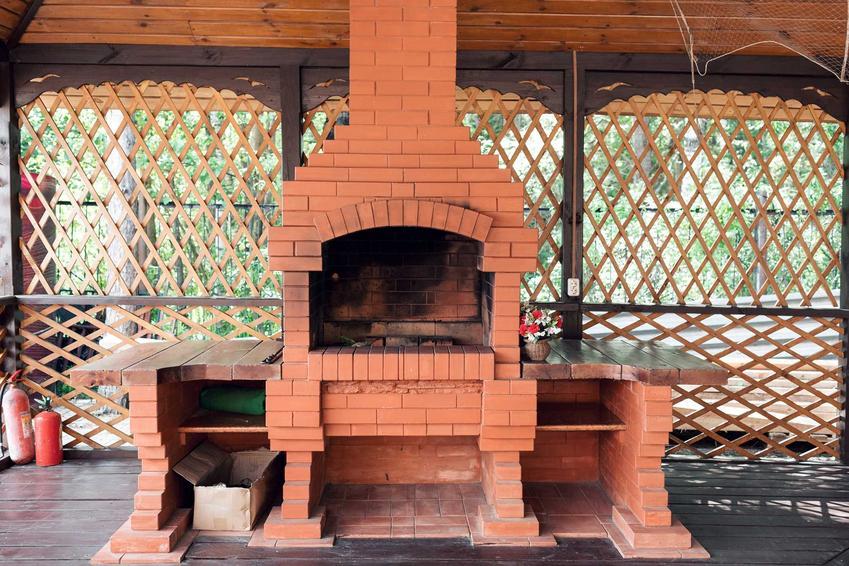 Własny grill murowany można zrobić samodzielnie. Budowlę należy wzmocnić zaprawą murarską o właściwościach termicznych.