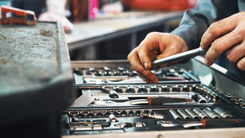 Mężczyzna używający kluczy narzędziowych, a także polecane klucze Yato i ich cena