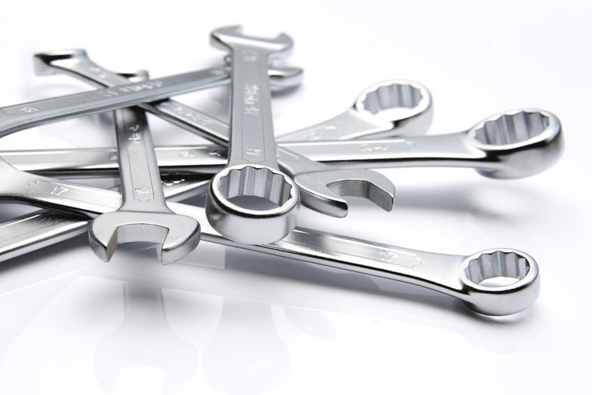 Klucze płasko oczkowe na białym tle oraz polecany komplet kluczy płaskich