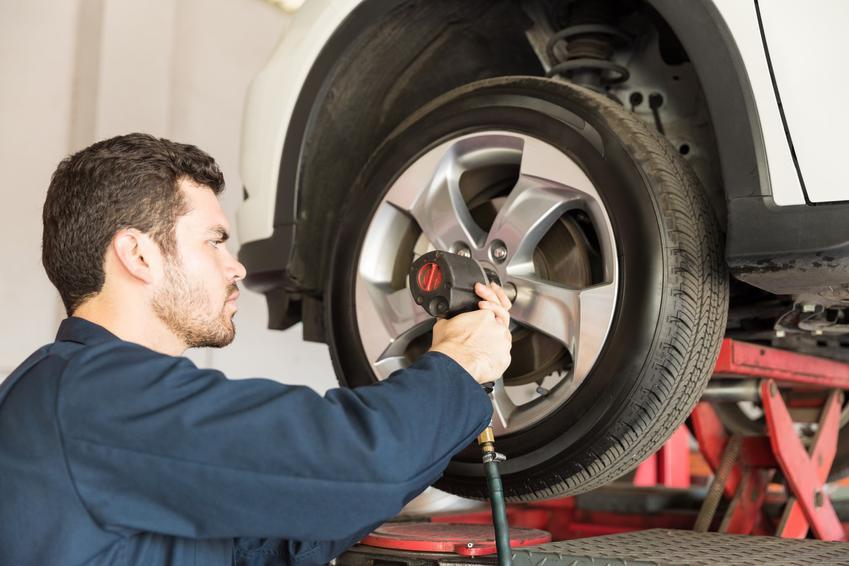 Klucz pneumatyczny w warsztacie samochodowym do kól, a także klucze udarowo elektryczne