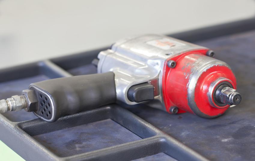 Klucz udarowo elektryczny w warsztawie domowym, a także polecane klucze udarowo elektryczne