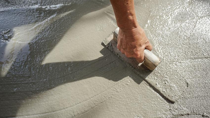 Zaprawa cementowa na wylewki podczas rozprowadzania, czyli wylewka cementowa