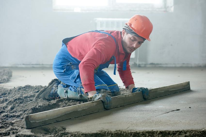 Wylewka cementowa oraz mężczyzna ją wykonujący, a także zaprawa cementowa na wylewki