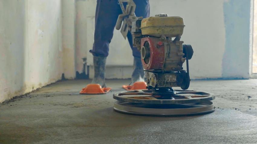 Wylewka cementowa podczas pracy wykończeniowej, a także wylewka betonowa