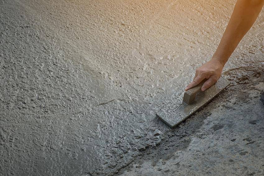 Wylewka betonowa podczas wyrównywania, a także polecana wylewka cementowa