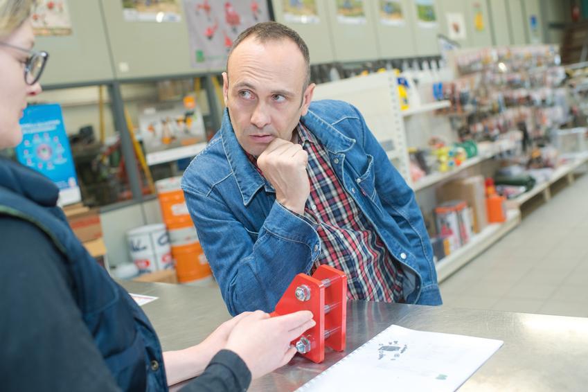 Mężczyzna w sklepie i reklamacja towaru, a także zwrot towaru w OBI krok po kroku
