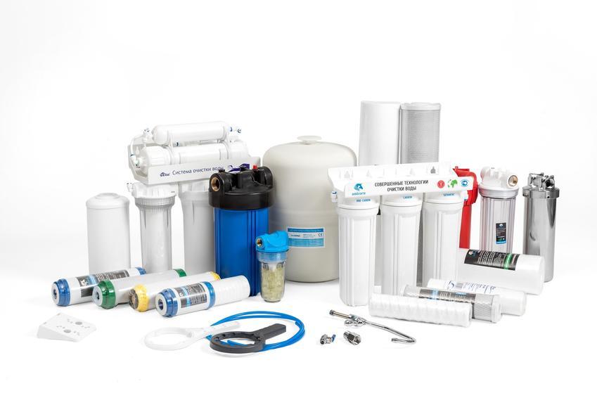 Filtry do wody pitnej na białym tle, a także ich rodzaje i porady zakupowe