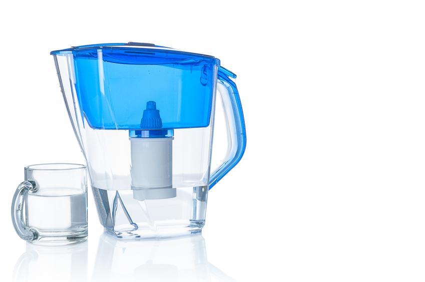 Dzbanek z fitrem na białym tle, a także polecany przepływowy filtr do wody i filtry do wody pitnej