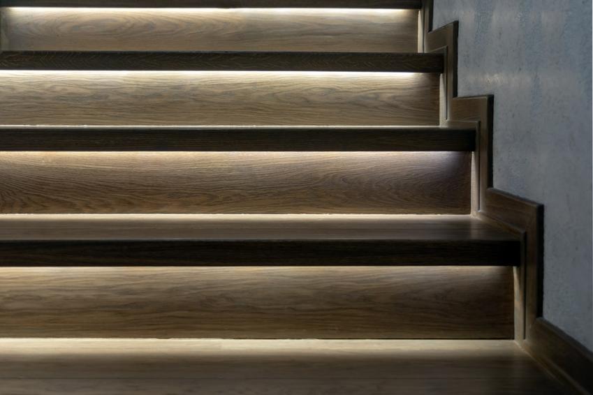 Dyskretne oświetlenie schodowe LED