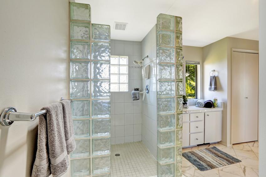 Piękne wnętrze ze szklanymi pustakami, czyli szklane pustaki oraz ceny i opinie