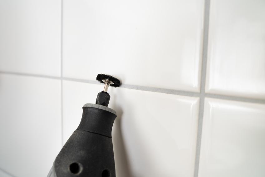 Czyszczenie fug na ścianie specjalnym urządzeniem, a także preparat do czyszczenia fug