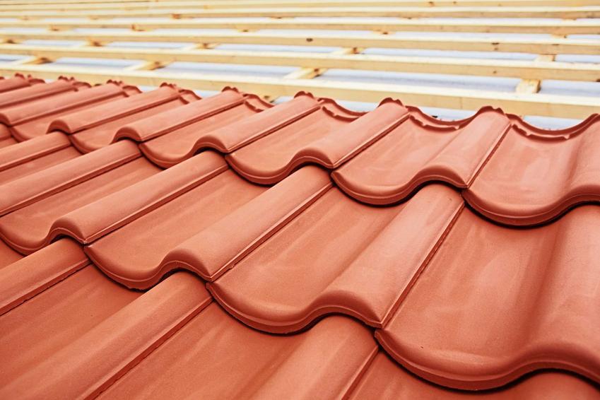 Dachówki płaskie i fałdowane na dachu bardzo ładnie się prezentują. Są bardziej atrakcyjne, niż blacha.