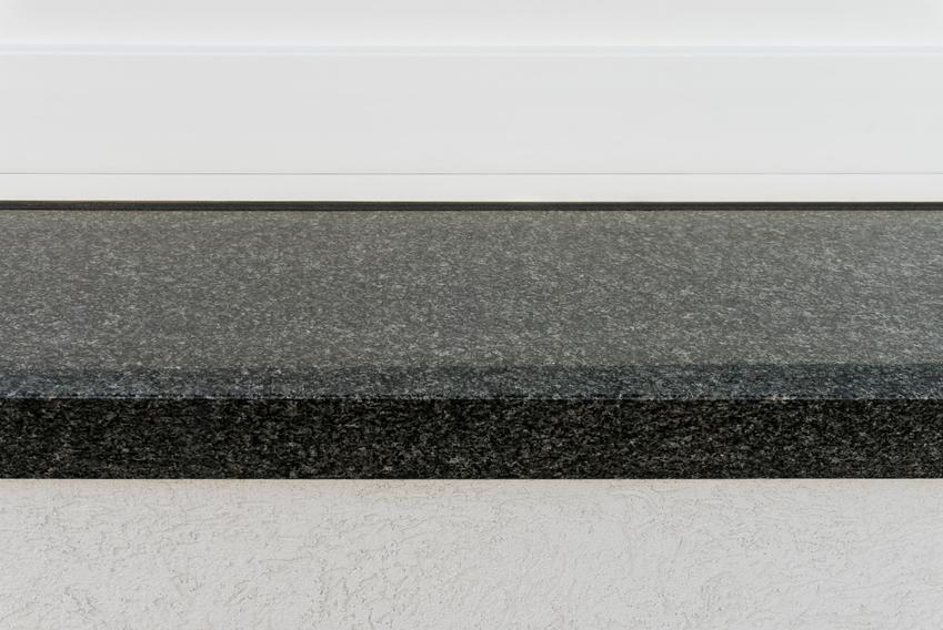 Ciemny parapet granitowy na zbliżeniu oraz zewnętrzne i wewnętrzne parapety granitowe