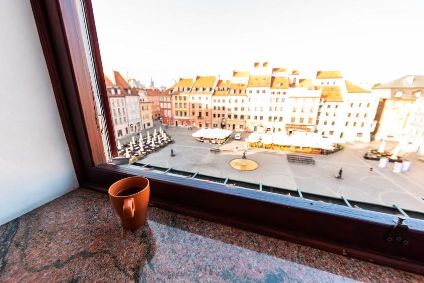 Granitowy parapet i okno z widokiem na miasto, a także parapety granitowe i parapety zewnętrzne z granitu