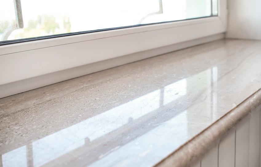 Marmurowy parapet pod oknem w domu, a także wewnętrzne i zewnętrzne parapety marmurowe