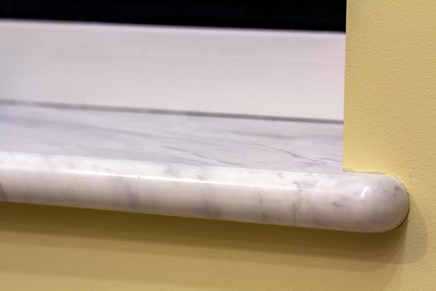 Kawałek marmurowego parapetu, a także parapety marmurowe wewnętrzne i zewnętrzne