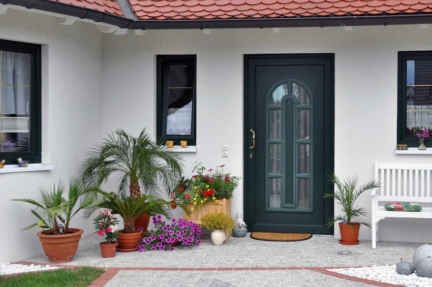 Daszki i dachy nad drzwiami wejściowymi to świetne rozwiązanie. Jest to świetne rozwiązanie, które dodaje każdemu budynkowi uroku