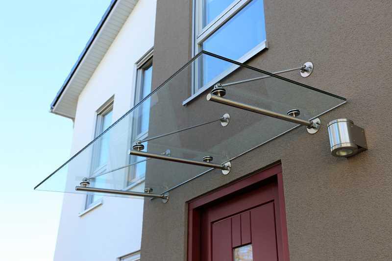 Szklany daszek nad drzwiami wejściowym - rodzaje, materiały, zastosowanie, sposób wykonania, projekty i aranżacje - porady