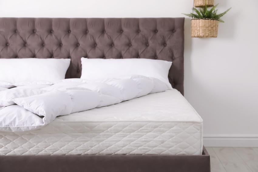 Łóżko dwuosobowe w sypialni, a także materace kieszeniowe i materac sprężynowy kieszeniowy
